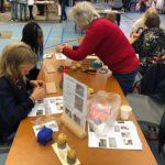 Deelnemers aan de PET-dagen maken met het Pieter Vermeulen Museum een energiezuinige aardappelklok